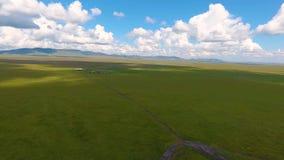 Mening van de ruïnes van een oude begrafenis in een heuvel, Republiek van Khakassia Rusland stock videobeelden