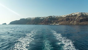 Mening van de rug van de boot die een eiland verlaten