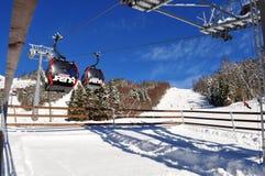 Mening van de skihellingen en de cabines van de kabelbaan bij statio Royalty-vrije Stock Afbeelding