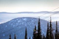 Mening van de skilift en snow-capped bergen Stock Afbeelding