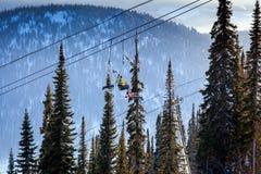 Mening van de skilift en snow-capped bergen Royalty-vrije Stock Afbeelding