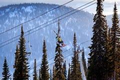 Mening van de skilift en snow-capped bergen Royalty-vrije Stock Fotografie