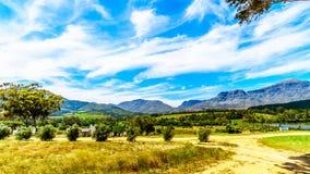 Mening van de Slanghoekberge-Bergketen waarlangs de Bainskloof-Paslooppas tussen de steden Ceres en Wellington royalty-vrije stock fotografie