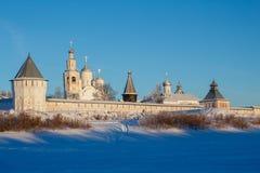 Mening van de spaso-Prilutsky Kloostermuren in de winter met sneeuw wordt behandeld die stock foto