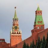 Mening van de Spasskaya-Toren van Moskou het Kremlin en de Senaatstoren op een warme de zomeravond stock fotografie
