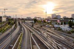 Mening van de spoorwegsporen en TV-toren van de brugoorlogen van Warshau royalty-vrije stock foto's