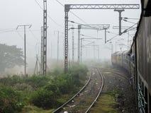 Mening van de spoorwegsporen van de trein vroeg in de ochtend stock foto