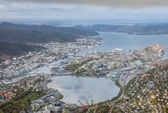 Mening van de stad van Bergen van de top van Onderstel Ulriken wordt gezien die Royalty-vrije Stock Foto's