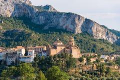 Mening van de stad en de kerk Parroquia Sant Jaume, Tivissa, Tarragona, Catalunya, Spanje Stock Foto