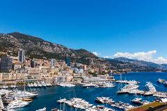 Mening van de Stad en Fontvieille van Monaco met bootjachthaven in Monaco Royalty-vrije Stock Foto's