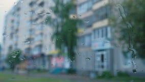 Mening van de stad van het autoraam door de regen blur stock videobeelden
