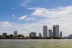 Mening van de stad langs de rivier Royalty-vrije Stock Foto's