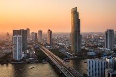 Mening van de stad van Bangkok bij schemer Stock Foto's