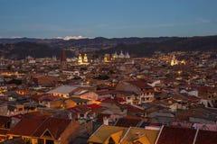 Mening van de stad van Cuenca, Ecuador, bij schemer Stock Afbeeldingen