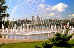 Mening van de stad & x28 van Dnieper; , Dnipro, Dnepropetrovsk, & x29; , De Oekraïne in de ochtend Dijk met een fontein Stock Afbeeldingen