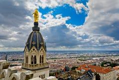 Mening van de stad van Lyon met het standbeeld van de basiliek, Lyon, Frankrijk Royalty-vrije Stock Afbeelding