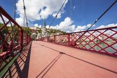 Mening van de stad van Lyon van rode voetgangersbrug Stock Foto