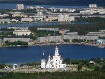 Mening van de stad van Monchegorsk (Kolaschiereiland) vanaf de bovenkant van de berg Stock Afbeeldingen
