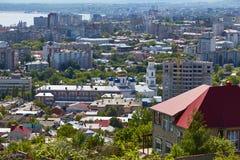 Mening van de stad van Saratov van Sokolov-berg Stock Afbeeldingen