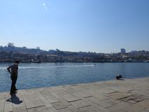 Mening van de steden van Porto, Vila Nova de Gaia en de rivier Duero portugal royalty-vrije stock fotografie