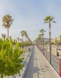 Mening van de straat Ronda del Litoral met palmen stock foto