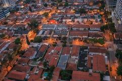 Mening van de stratenlichten en de huisdaken in de vroege ochtendlichten, bij de stad van São Paulo Stock Fotografie