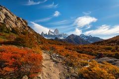 Mening van de Stunningly de mooie herfst van de toeristensleep in de parel van Argentijns Patagonië Stock Fotografie