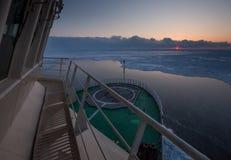 Mening van de stuurhut van Russische icebreaker op de Noordpoolzonsondergang Reis over het Kara-overzees Stock Afbeeldingen