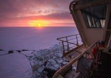 Mening van de stuurhut van Russische icebreaker op de Noordpoolzonsondergang Reis over het Kara-overzees Royalty-vrije Stock Fotografie