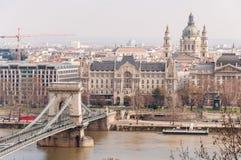 Mening van de Szechenyi-Kettingsbrug en de kerk St Stephen ` s in Boedapest stock fotografie