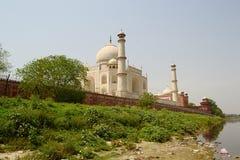 Mening van de Taj Mahal-moskee van een rivieroever Stock Afbeeldingen