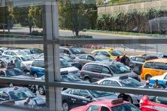 Mening van de taxilijn uit een luchthavenvenster Stock Foto's