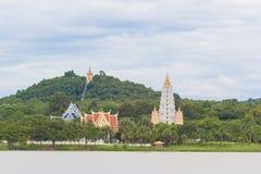 Mening van de tempel van Thailand op heuvel Stock Afbeeldingen