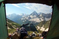 Mening van de tent in de bergen, Dombai, de Kaukasus Stock Foto's