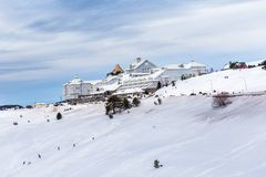 Mening van de toevluchthotels van de Bergski met sneeuw in Uludag royalty-vrije stock afbeeldingen