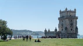 Mening van de toren van Belem bij de bank van Tejo River in Lissabon, Portugal stock foto