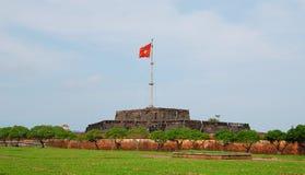 Mening van de toren met vlag in Hue Citadel in de Tintprovincie van Thua Thien, Vietnam stock fotografie