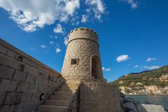 Mening van de toren op het overzees in de stad van Recco, Genoa Genova Province, Ligurië, Mediterrane kust, Italië stock fotografie