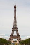 Mening van de Toren van Eiffel onderaan Champs DE Mars Stock Foto's