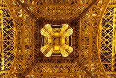 Mening van de toren van Eiffel van onderaan bij nacht Royalty-vrije Stock Foto's