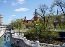 Mening van de Toren van het Hoekarsenaal van Moskou het Kremlin van Alexander Garden Royalty-vrije Stock Afbeelding