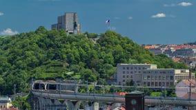 Mening van de Toren van het hoogtepoeder in Praag timelapse Historisch en cultureel monument stock footage