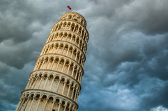 Mening van de toren van Pisa van onderaan en dramatische wolkenhemel Royalty-vrije Stock Foto's