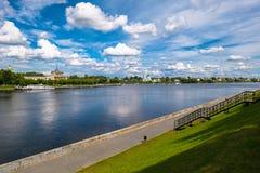 Mening van de Tver-rivierpost op de Volga rivier van de tegenovergestelde voetdijk Stad van Tver, Rusland royalty-vrije stock fotografie
