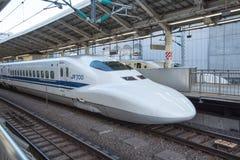 Mening van de Ultrasnelle trein van Shinkansen bij de post van Tokyo, Japan royalty-vrije stock foto