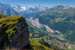 Mening van de vallei in de bergen vanaf de bovenkant van het gebied van Mannlichen Jungfrau, Bern, Zwitserland stock afbeeldingen