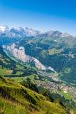 Mening van de vallei in de bergen vanaf de bovenkant van het gebied van Mannlichen Jungfrau, Bern, Zwitserland royalty-vrije stock fotografie