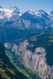 Mening van de vallei in de bergen vanaf de bovenkant van het gebied van Mannlichen Jungfrau, Bern, Zwitserland stock foto