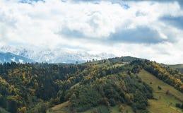 Mening van de vallei bij de voet Karpatische Bergen niet verre van de stad van Zemelen in Roemenië stock afbeelding