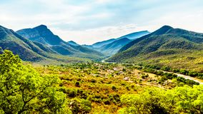 Mening van de Vallei van de Olifant met het dorp van Twenyane langs de Olifant-Rivier Stock Foto's